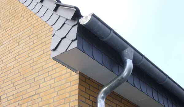 Klempner, Dach eines Hauses mit Dachrinnen.