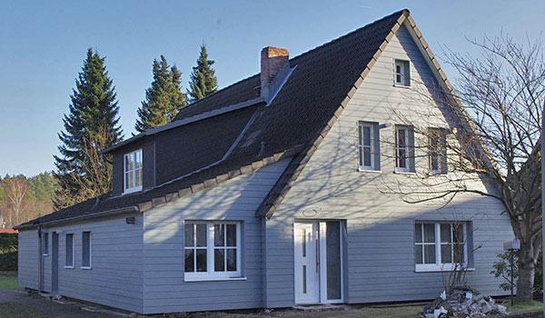 Holzverkleidung einer Hausfassade.